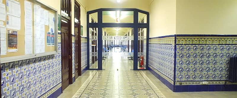 Entrada y pasillos edificio UNED Vitoria
