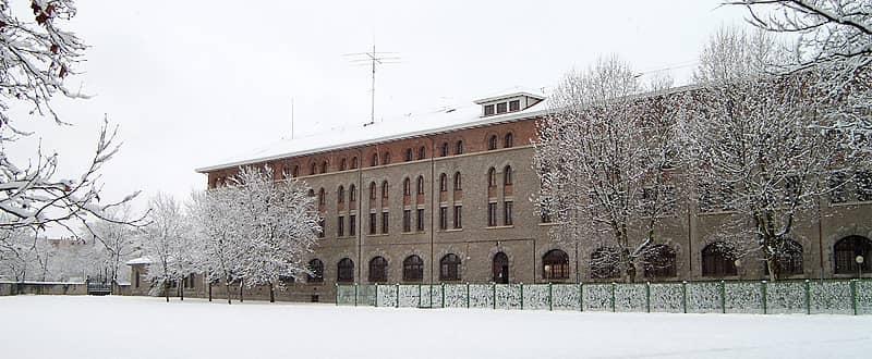 Exterior nevado Edificio de la UNED de Vitoria