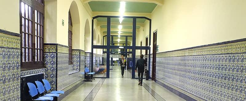 Personas en el pasillo del Edificio de la UNED Vitoria
